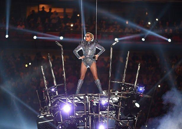 【写真を見る】ショーでセットの上に仁王立ちするレディー・ガガ