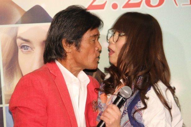 松崎しげるが山崎ケイにキス!