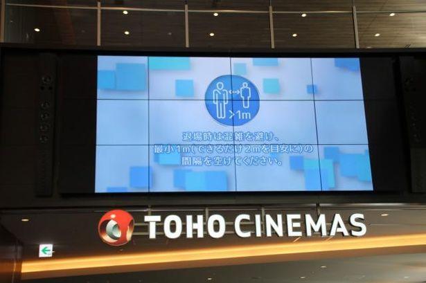 ついにTOHOシネマズ全劇場が再開!ロビーでは注意喚起の映像が流れている