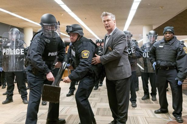 ボールドウィンは警察官役で出演