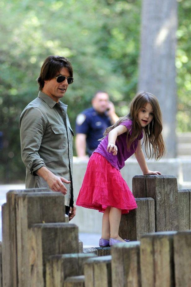 【写真を見る】パパとしての一面にほっこり!トム・クルーズと娘スリのかつての公園遊びの様子
