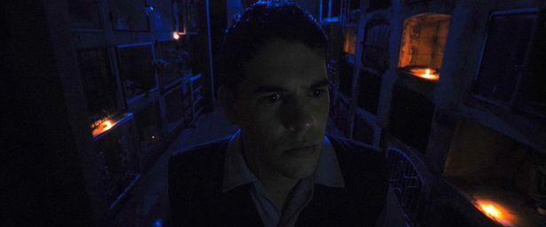 深夜の病院で警備員に襲いかかる恐怖を描く(『モルグ 死霊病棟』)