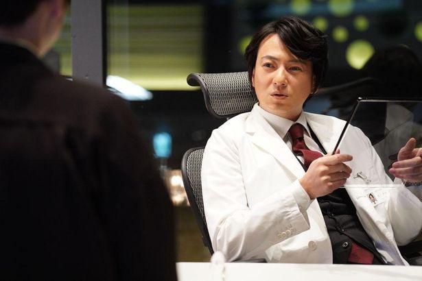 忍成修吾が健一に辛辣な言葉を並べる取引先の医師、夙川泰成を演じる