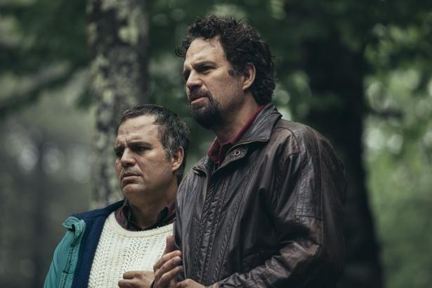 生涯を兄トーマス(左)に捧げてきた弟ドミニク(右)に幸せは訪れるのか?ラファロが一人二役に挑戦