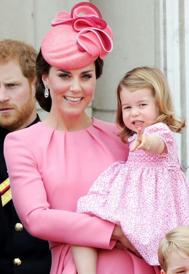 家族写真お披露目でシャーロット王女に注目集まる