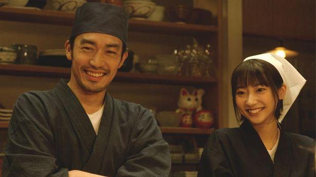 【写真を見る】大谷亮平と武田玲奈の板前&看板娘姿も様になっている