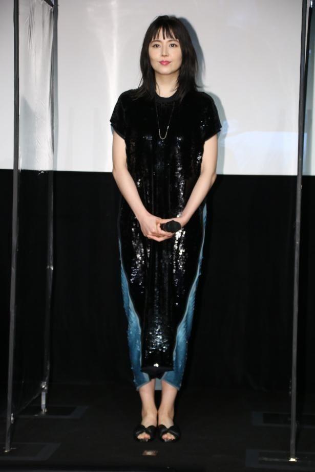 【写真を見る】長澤まさみ、メタリックなドレスの全身ショット