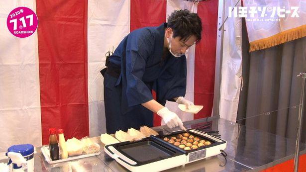 【写真を見る】山下健二郎、フェイスシールド姿でたこ焼き作り