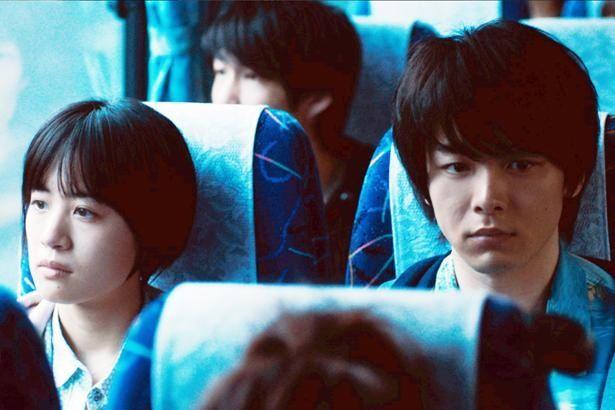 バスに並んで乗った蒼山(中村倫也)と紅子(石橋静河)はどこへ向かっているのか…?