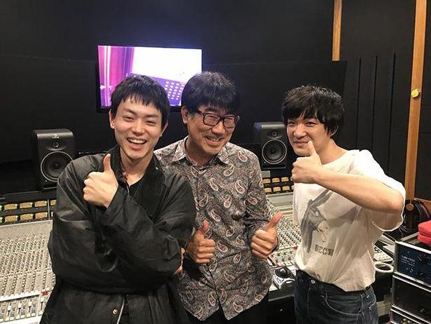 【写真を見る】菅田と石崎、音楽を担当する亀田誠治のオフショット