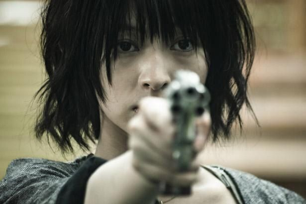 東子はしだいに銃に魅了されていく(『銃 2020』)