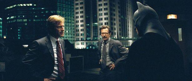 バットマンとゴードン、ハービーは協力して犯罪者を一掃しようとする(『ダークナイト』)