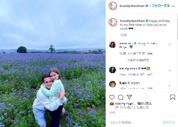 長男ブルックリンが投稿したのは、ハーパーとお花畑の前でハグをしている写真