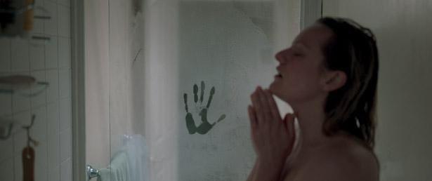 【写真を見る】美女が見えない存在に襲われる『透明人間』は5位