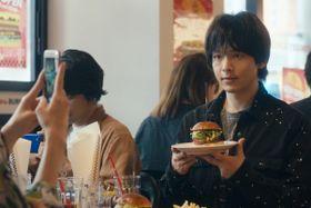 中村倫也がハンバーガーを手に写真撮影…?『人数の町』から新カットが到着