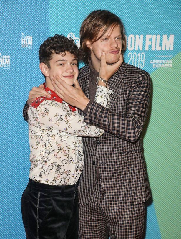 【写真を見る】子役のノア・ジュープとほっぺたを触り合うヘッジズ。くだけた表情も魅力!(『ハニーボーイ』プレミアにて)