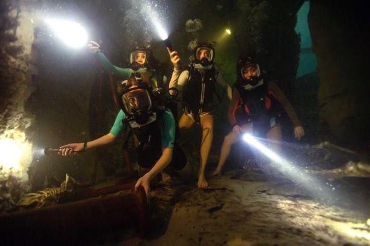 海底にやって来た4人は恐怖のドン底に突き落とされる!(『海底47m 古代マヤの死の迷宮』)