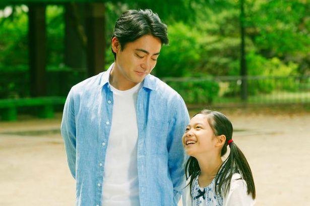 【写真を見る】シングルファーザーの健一を演じた山田孝之の優しい表情に注目