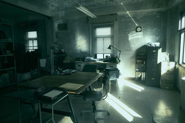 本棚には「幽霊物件案内」という本がおかれるなど、細部にまでこだわりが