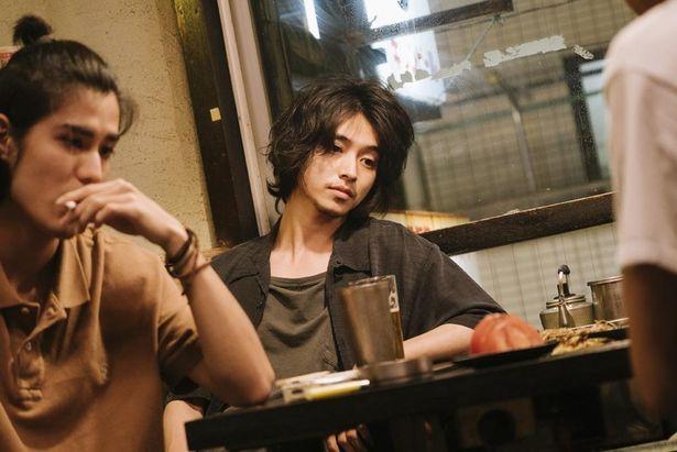なんばん亭で食事をするやさぐれた永田