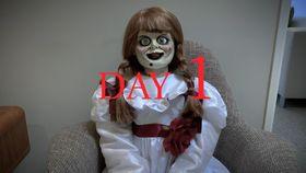 """アナベル人形が""""ゴーストオフィス""""で自粛を満喫!?ユニークな動画が公開に"""