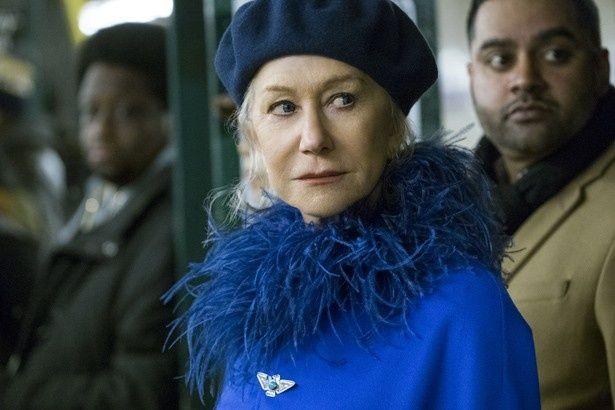 今年のトレンドカラーである上品なアビスブルーのコートの見事な着こなし