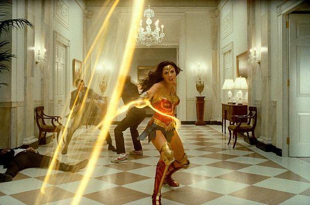 【写真を見る】強くて美しい!ガル・ガドット扮するワンダーウーマン。その勇姿にうっとり…