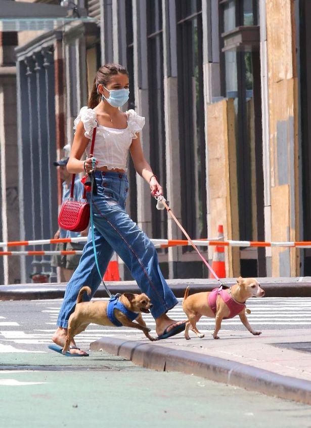 【写真を見る】トム・クルーズ娘スリ、ガーリーは卒業?大人カジュアルなファッションで犬のお散歩