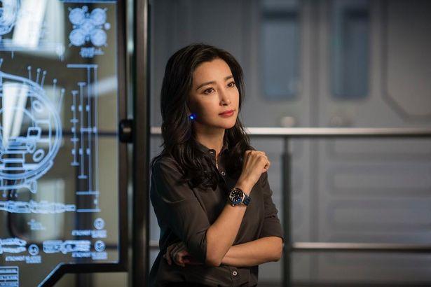 【写真を見る】ヒロインを演じるのは中国の女優リー・ビンビン。当初は「サメ映画だから」とオファーを断っていたというエピソードも!?