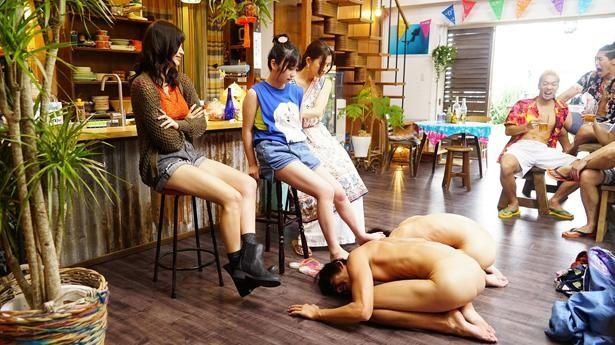 【写真を見る】与田祐希演じるヒロインら美女たちに、全裸姿で土下座!?(『ぐらんぶる』)