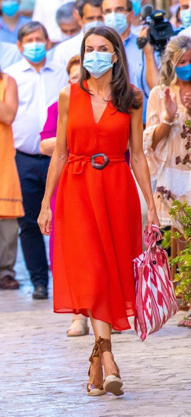 レティシア王妃は定番の赤色ワンピースに赤と白の布製バッグ