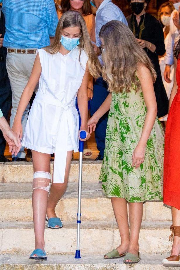 怪我の原因は定かでないが、松葉杖をつくソフィア王女をサポートするレオノール王女