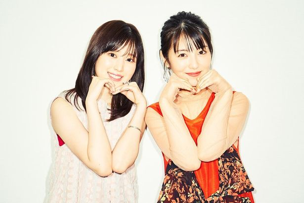【写真を見る】キュートすぎる…浜辺美波&福本莉子が、シンクロポーズで魅了する撮り下ろし!