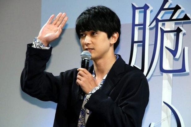オンラインで観ている観客に向けて挨拶する吉沢亮