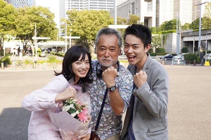 『糸』より、菅田将暉、小松菜奈、瀬々敬久監督の仲良しな3ショット
