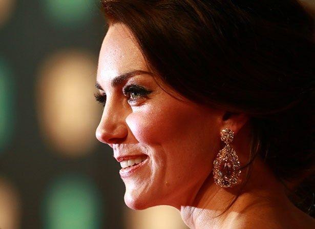 キャサリン妃が英国アカデミー賞授賞式に登場した