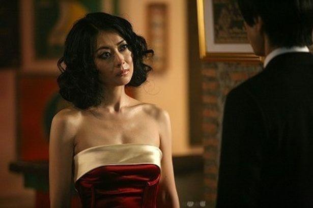 中山美穂のセクシーなドレスと小悪魔的なメイクに注目