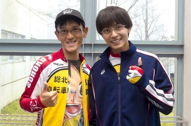 原作者の渡辺航(左)と小野田坂道役の永瀬廉