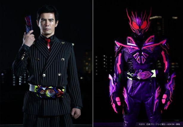 スーツ姿の謎の男エス(伊藤英明)が不気味な物々しさを醸す仮面ライダーエデンに変身