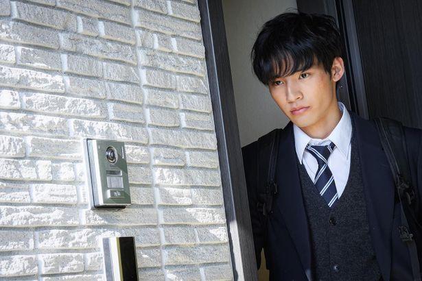 【写真を見る】玄関先でなにか物憂げな表情を見せる、息子の規士役を演じる岡田