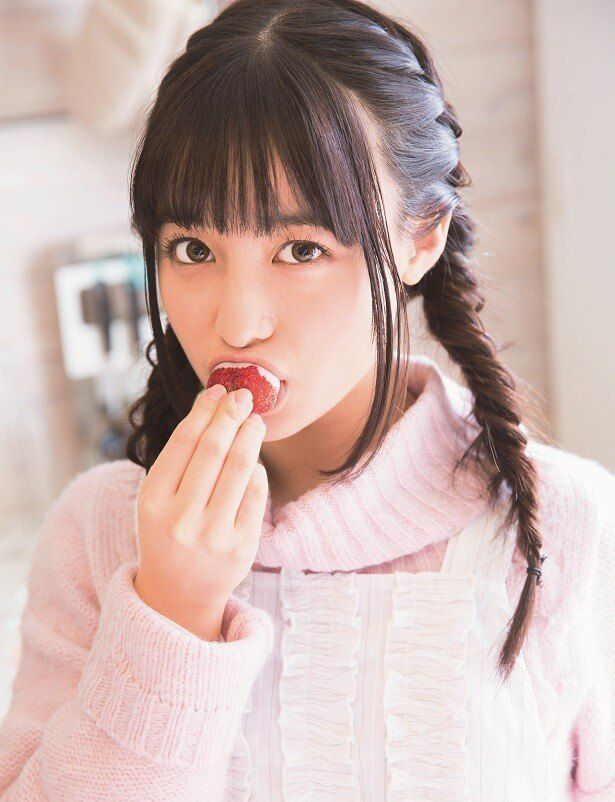 ホワイトチョコをつけて、イチゴをパクリ!