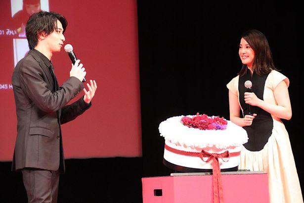 【写真を見る】横浜流星の誕生日を吉高由里子がお祝い!ゴージャスなケーキが登場した