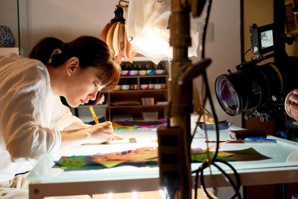 切り絵作家に扮した水川あさみは、自宅でも所作の練習に励んだ