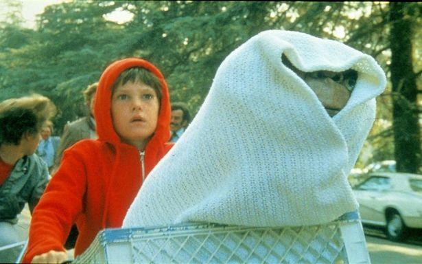 【写真を見る】E.T.を自転車のカゴに乗せて走る印象的なシーン