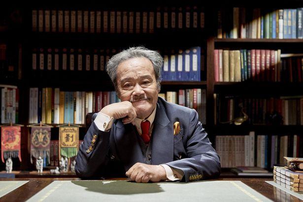 ストーリーテラーとなる歴史学者を西田敏行が演じる