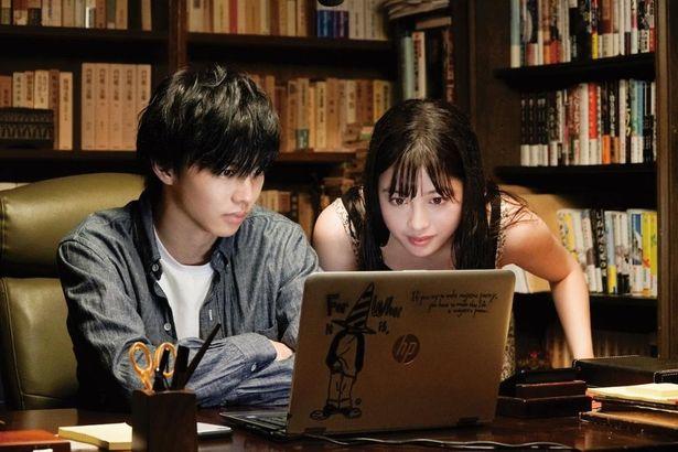 橋本と佐藤が演じる高校生小説家の青春模様が綴られる