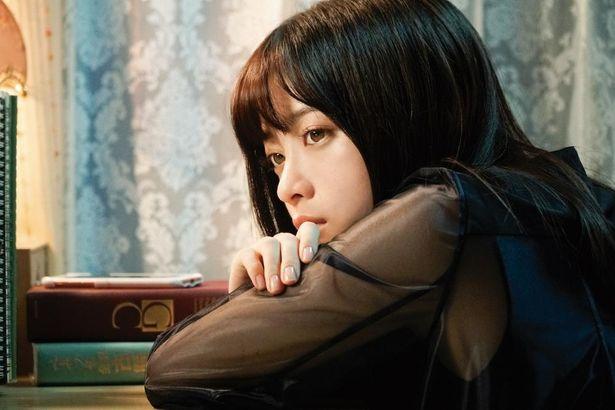 橋本環奈が演じるのはドSな売れっ子小説家の小余綾詩凪