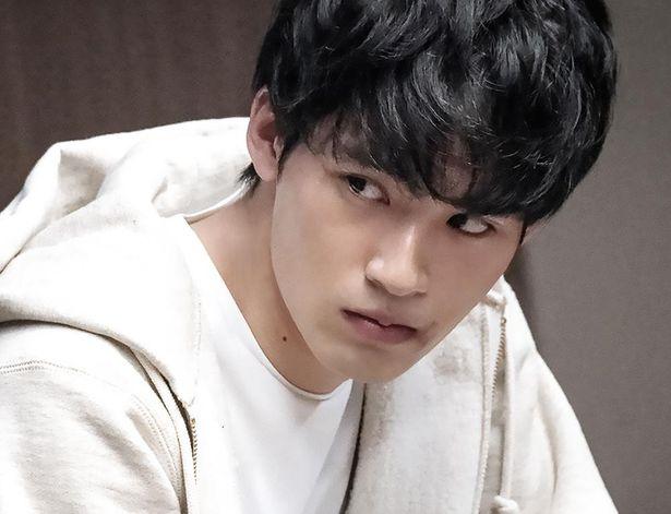 失踪し、殺人容疑をかけられた息子を岡田健史が演じる