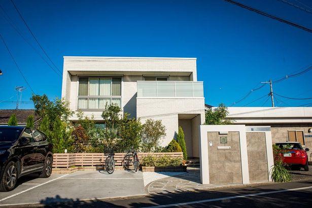 【写真を見る】主人公の建築家、石川一登が建てたという設定の石川邸。洗練されたダイニング、子ども部屋などを一挙に紹介