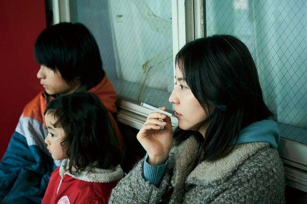 長澤まさみが、息子と共に社会の闇へと堕ちていく母親を演じた『MOTHER マザー』